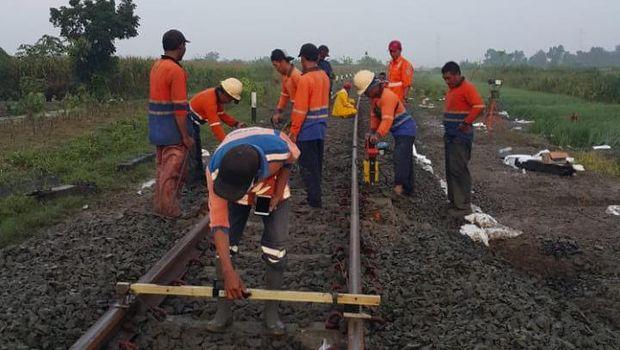 Rel KA terkikis banjir di Grobogan