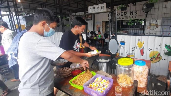 Rumah makan di Mamuju sediakan makanan gratis untuk relawan gempa Sulbar (Qadri/detikcom).