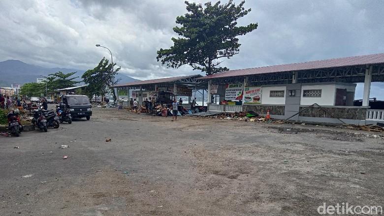 Sampah dan batu berserakan usai banjir rob di kawasan Mega Mas Manado surut (Angel Rawis/detikcom)