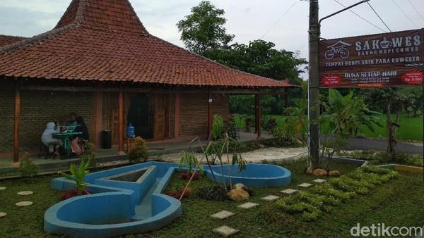 Berikutnya ada Saung Kopi Gowes atau Sakowes. Kedai Sakowes ini berada di Desa Sarwadadi, Kecamatan Talun, Kabupaten Cirebon. Pengunjung cukup merogoh kocek dari Rp 2 ribu hingga Rp 50 ribu untuk bisa menikmati makanan dan minuman di sini. (Sudirman Wamad/detikTravel)