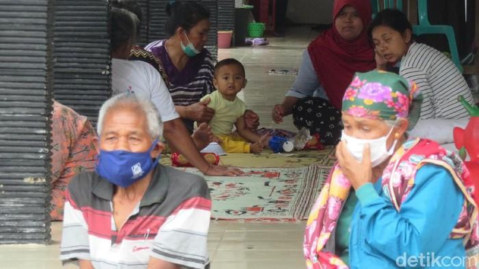 Sejumlah pengungsi di Dusun Kalitengah Lor nekat pulang kerumah, kini tinggal sekitar 187 pengungsi dan masih menunggu arahan dari parat setempat.