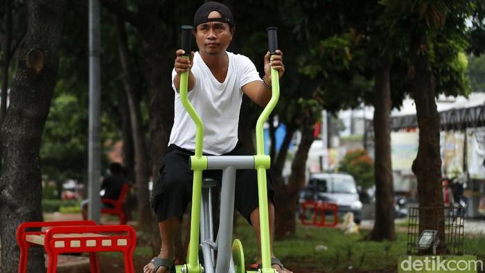 Kini taman hijau di wilayah Komsen, Jati Asih, Kota Bekasi, telah dilengkapi sarana olahraga. Warga pun bisa berolahraga di taman tersebut.