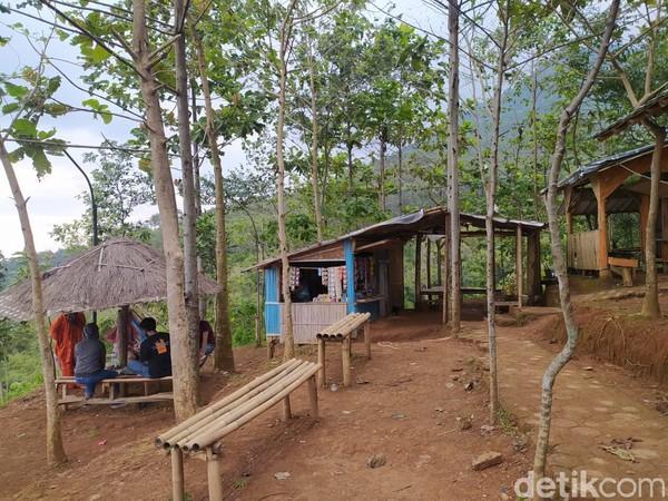 Ketua RW 18 sekaligus Kepala Pengelola Desa Wisata Tangga Seribu, Deden mengatakan, tempat wisata ini sudah ada sejak tahun 2017 dengan bantuan dana desa dan dikelola oleh warga setempat. (Foto: Siti Fatimah/detikcom)