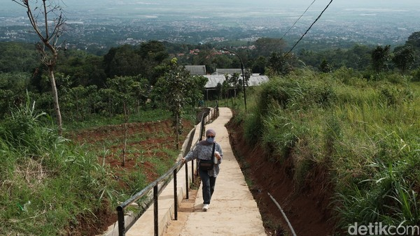 Seperti namanya, saat tiba di Tangga Seribu wisatawan akan bertemu dengan anak tangga dalam jumlah yang banyak. Jika penasaran, coba hitung satu demi satu anak tangga apakah mencapai 1000 anak tangga? (Foto: Siti Fatimah/detikcom)