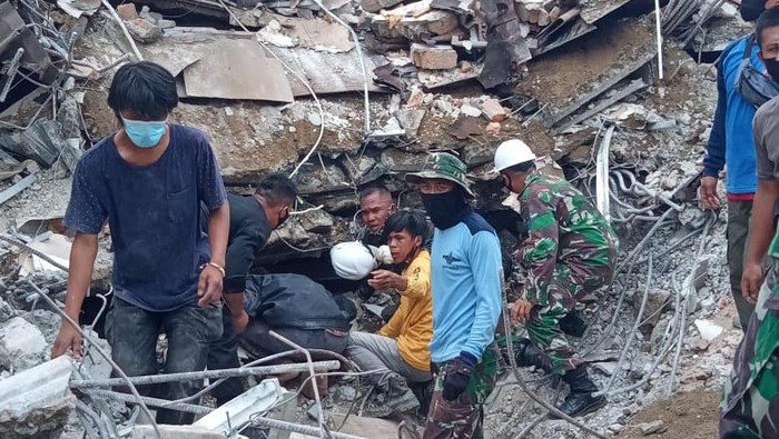 TNI AL selamatkan 2 sekuriti Kantor Gubernur Sulbar yang terjepit reruntuhan (Foto: dok TNI AL)