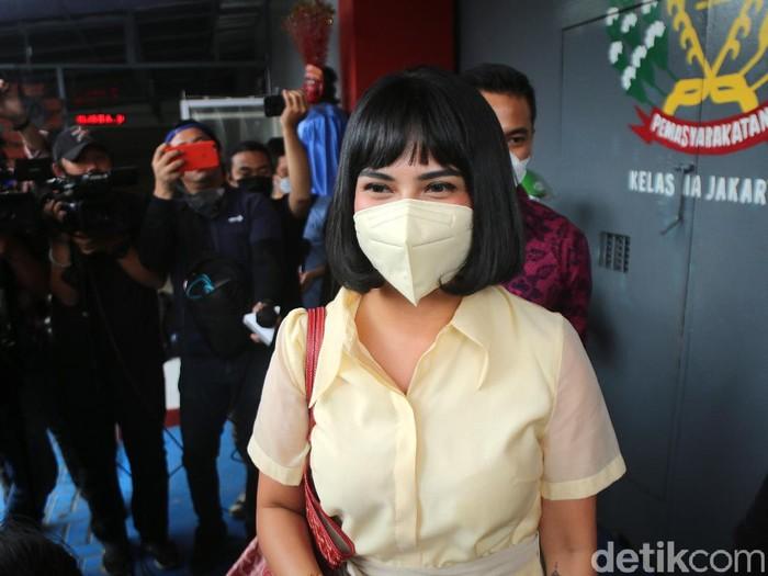 Artis Vannesa Angel saat menandatangani surat bebas murni di Rutan Pondok Bambu, Jakarta, Senin, (18/1/2021). Foto: Palevi