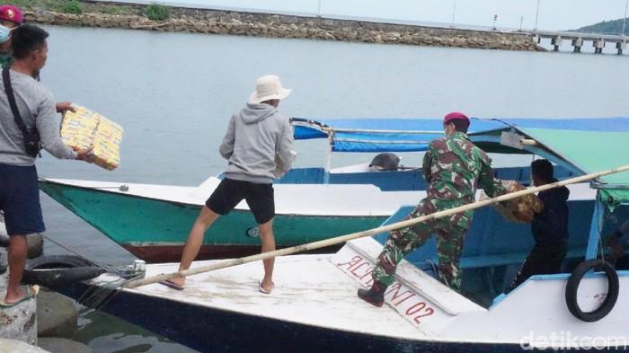 Warga korban gempa di pulau terpencil Sulbar jemput bantuan ke Mamuju karena belum terjangkau relawan (Hermawan/detikcom).