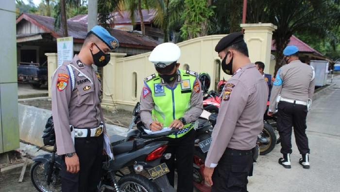 10 Anggota Polres Simeulue, Aceh terjaring razia kelengkapan surat kendaraan yang digelar Polantas dan Propram