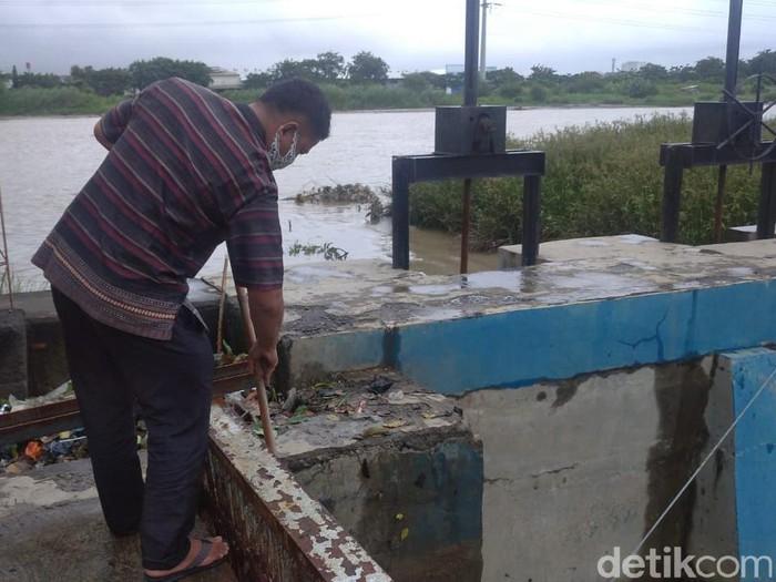 Ariyanto menunjukkan lokasi penemuan dua mayat bayi di saluran pompa air Semarang, Selasa (19/1/2021).