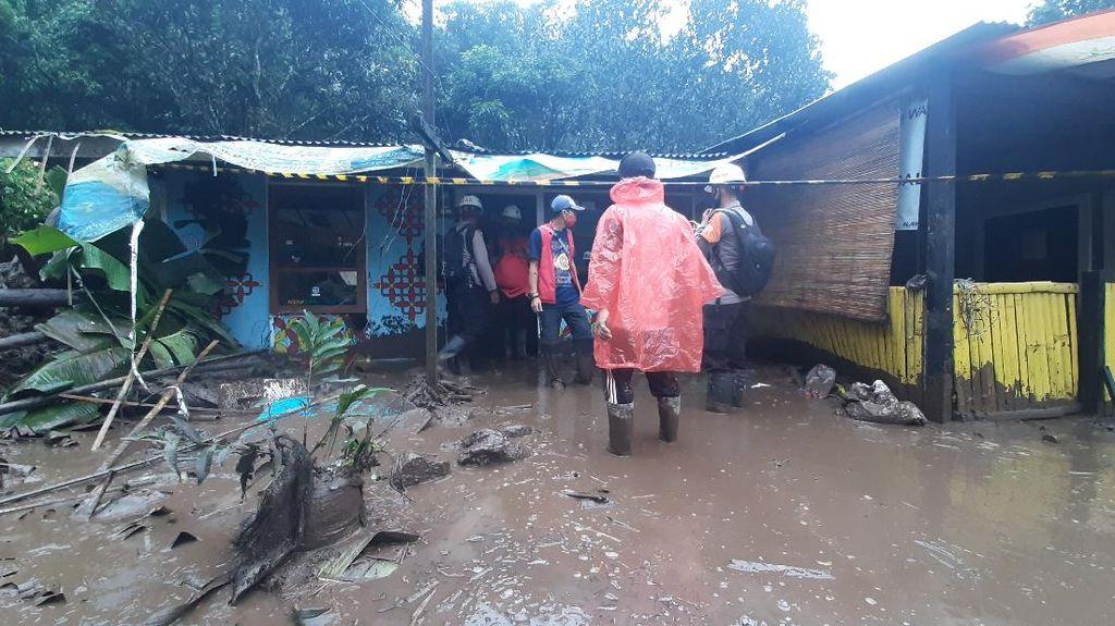 Lumpur Sisa Banjir Bandang di Gunung Mas Mulai Dibersihkan