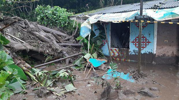Banjir bandang yang sempat menerjang Kampung Gunung Mas mengakibatkan lokasi wisata agro Gunung Mas Puncak ditutup sementara hingga waktu yang tidak ditentukan.