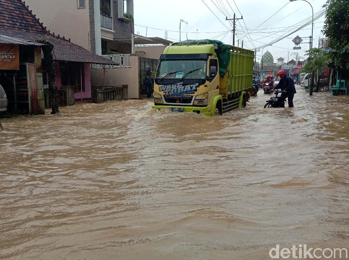Curah hujan yang tinggi membuat sungai Piji di Kudus meluap. Sejumlah wilayah terendam banjir, salah satunya di Kecamatan Mejobo, Kudus.