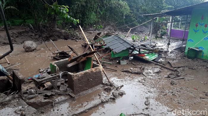 Banjir bandang melanda kawasan Kabupaten Bogor. Rumah-rumah rusak dan mengakibatkan sejumlah warga mengungsi ke tempat yang lebih aman. Berikut potretnya.