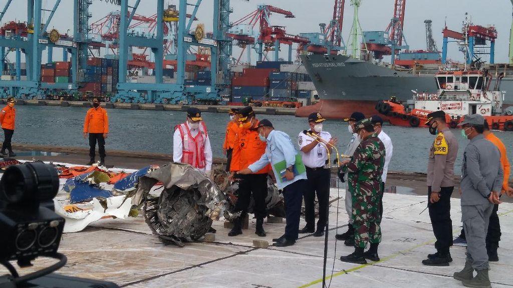 Momen Jokowi Lihat Langsung Serpihan Sriwijaya Air di Posko Evakuasi