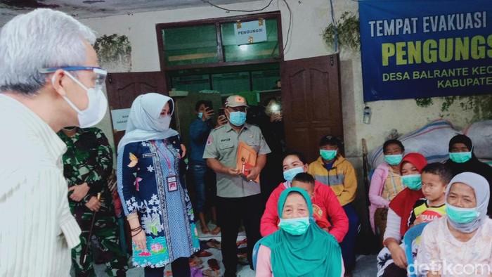 Gubernur Jateng Ganjar Pranowo mengecek para pengungsi Gunung Merapi di Desa Balerante, Klaten, Selasa (19/1/2021)