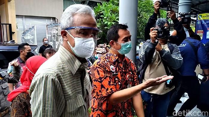 Gubernur Jateng Ganjar Pranowo saat meninjau kegiatan vaksinasi di Puskesmas Manahan Solo