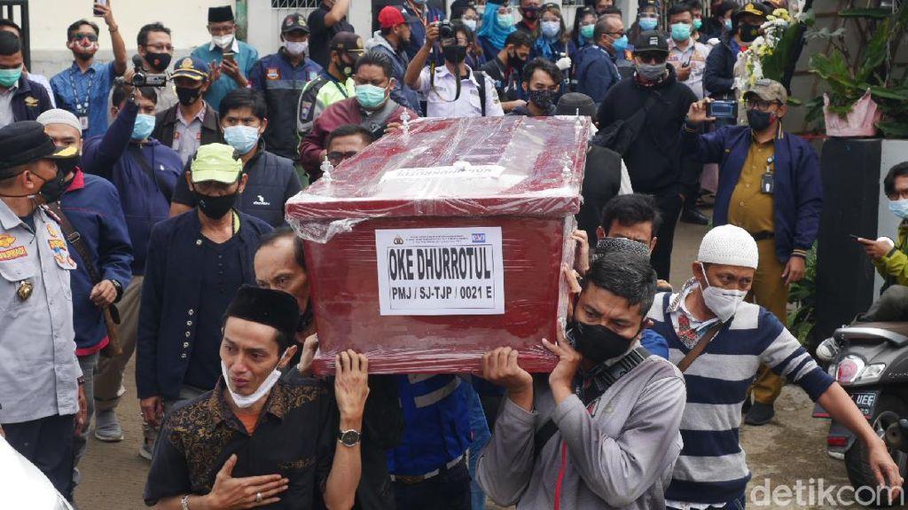 Isak Tangis Keluarga Sambut Kedatangan Jenazah Pramugari SJ182 Oke Dhurrotul
