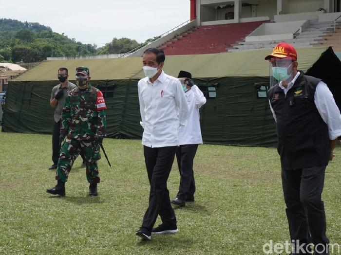 Jokowi meninjau posko pengungsian korban gempa Sulbar di Mamuju