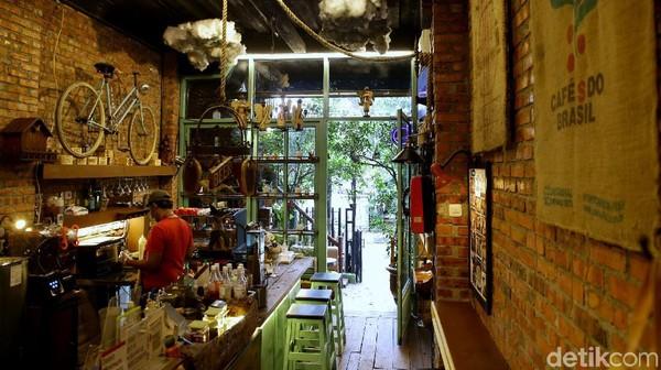 Kafe yang berada di Jalan Bakti, Cilandak, Jakarta Selatan, ini mengusung konsep klasik di bagian interiornya.