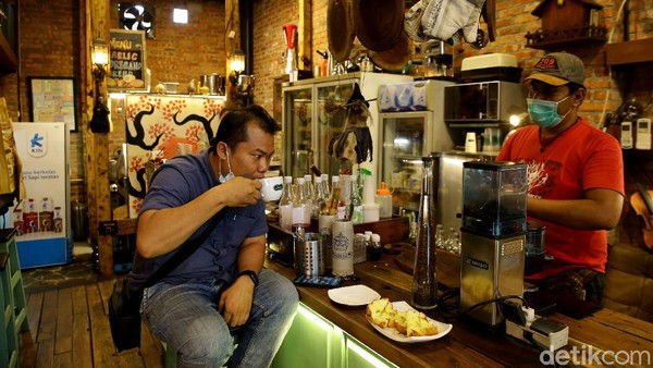 Harga makanan dan minuman di kafe ini pun bervariasi antara Rp 20 ribu hingga Rp 55 ribu.