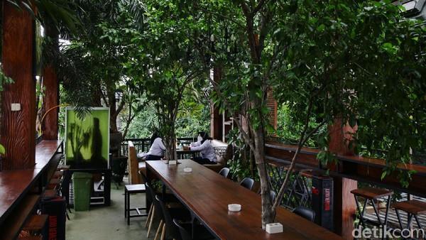 Menariknya, selain mengusung konsep klasik atau vintage, kafe tersebut juga dipenuhi dengan berbagai tanaman.