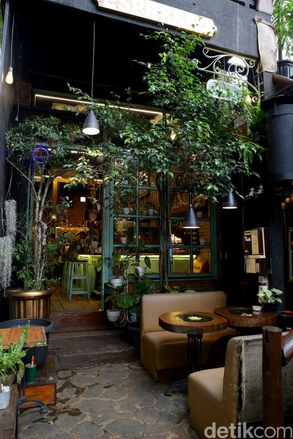 Berbagai tanaman itu membuat kafe tersebut terasa asri meski berada di kawasan Ibu Kota yang terkenal akan kepadatan penduduknya.