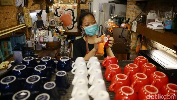 Di masa pandemi COVID-19, kafe itu juga turut menerapkan protokol kesehatan salah satunya mengenakan masker dan menerapkan jaga jarak. Protokol kesehatan itu tak hanya diterapkan untuk para pekerja di kafe itu tetapi juga para pengunjung yang datang ke sana.