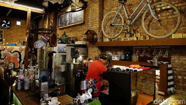 Di tengah penerapan PPKM di Ibu Kota, kafe klasik nan asri ini buka setiap harinya mulai pukul 8 pagi hingga 7 malam.