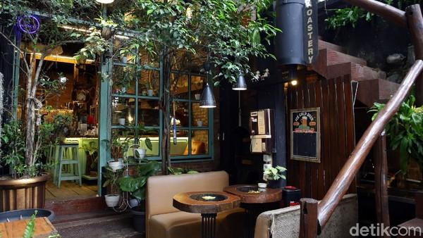 Ada berbagai kafe dan kedai kopi dapat ditemui di berbagai kawasan Jakarta. Salah satu kafe yang cukup menarik perhatian adalah Joco Coffee di kawasan Cilandak, Jakarta Selatan.