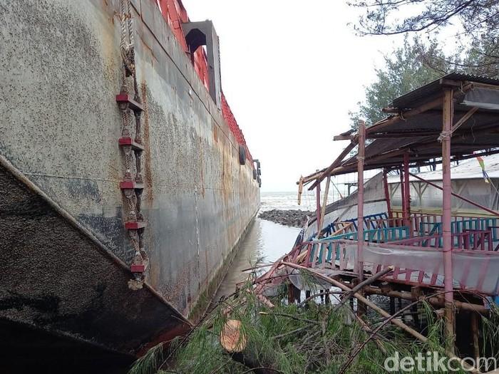 Kapal tongkang tabrak bangunan warung di Pantai Pulau Kodok, Tegal, Selasa (19/1/2021).