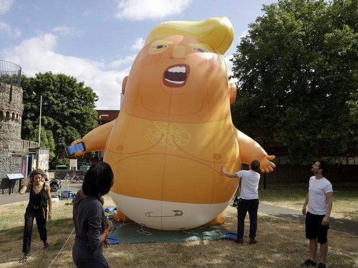 Karya Seni Balon Raksasa Donald Trump