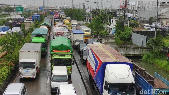 Kemacetan di Jalur Pantura Kota Semarang di Kawasan Genuk. Kemacetan ini imbas adanya genangan air, Selasa (19/1/2021)