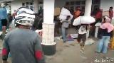Detik-detik Warga Jarah Bantuan Gempa di Rujab Wabup Mamuju