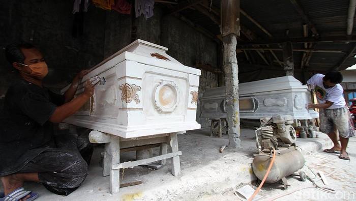 Permintaan pembuatan peti mati meningkat di masa pandemi COVID-19. Dalam sebulan, industri pembuatan peti mati di Solo mampu membuat 20 hingga 25 peti mati.