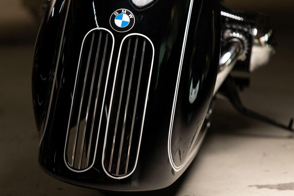 Modifikasi ini menggunakan fairing unik dengan sentuhan grill khas mobil BMW.