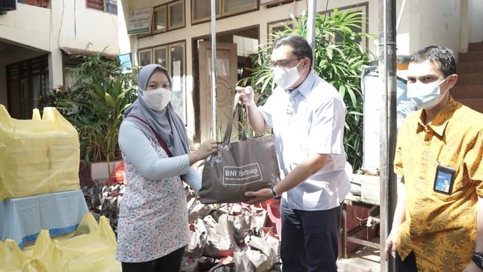 Pemimpin BNI Wilayah Manado Koko Prawira Butar-Butar menyerahkan secara simbolis bantuan kemanusiaan di Manado, Sulawesi Utara,