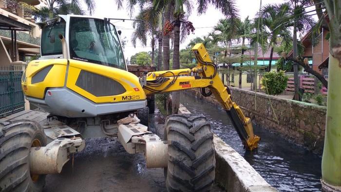 Pengerukan saluran air di Bekasi (dok istimewa)