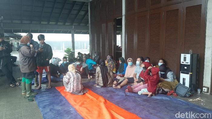 Pengungsi korban banjir bandang gunung mas Bogor
