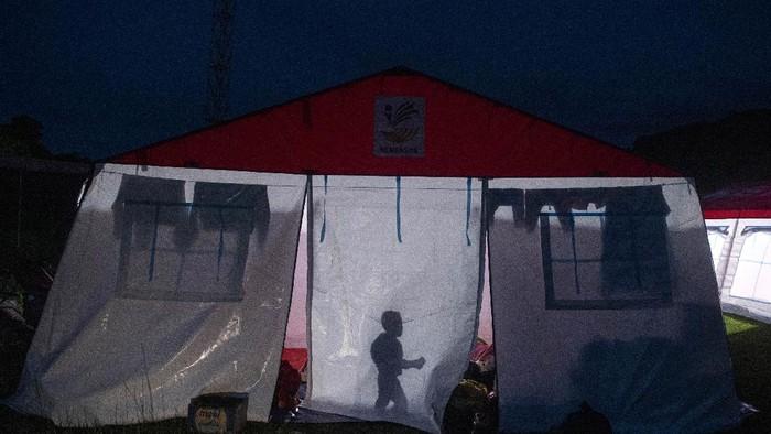Foto aerial tenda pengungsi di kompleks Stadion Manakarra, Mamuju, Sulawesi Barat, Senin (18/1/2021). Berdasarkan data BNPB per 18 Januari 2021 pukul 14.00 WIB jumlah korban meninggal dunia akibat gempa magnitudo 6,2 di Sulawesi Barat berjumlah 84 orang, dan pengungsi berjumlah 19.435 orang. ANTARA FOTO/Sigid Kurniawan/rwa.