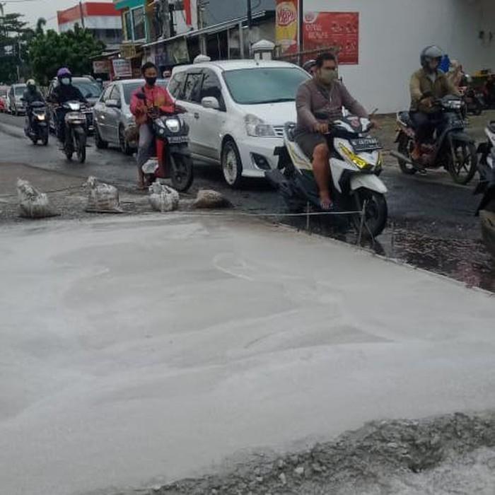 Perbaikan kerusakan Jl Caman Raya, 19 Januari 2020. (Dok Ahmad Zayadi)