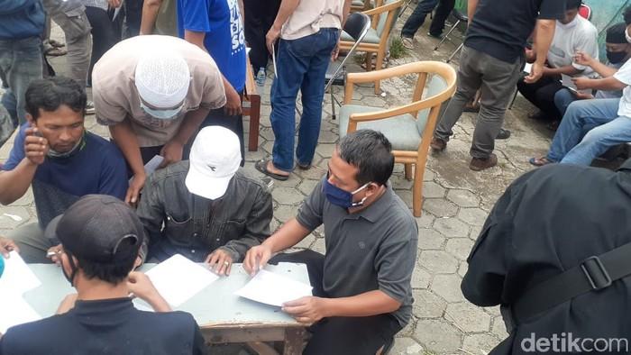 Perekaman sidik jari warga Manggarai yang terlibat tawuran. (Afzal Nur Iman/detikcom)