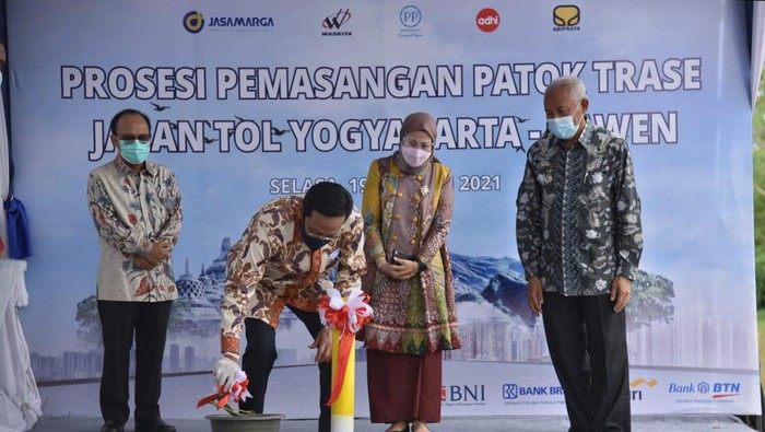 Patok proyek tol Yogyakarta-Solo dipasang di sawah Desa Sidomulyo, Delanggu