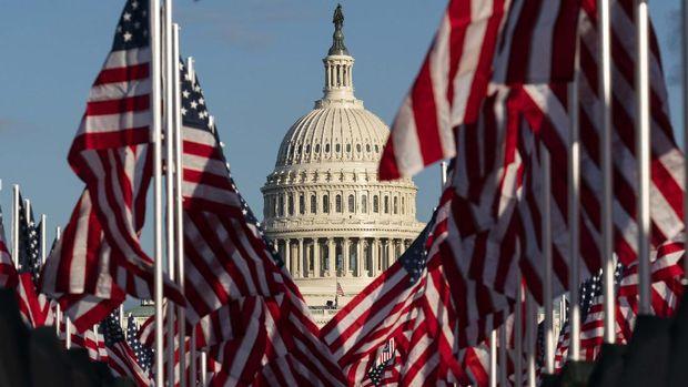 Rangkaian bendera Amerika Serikat dipasang di Washington D.C., menjelang pelantikan Presiden dan Wakil Presiden terpilih, Joe Biden dan Kamala Harris. (AP/Alex Brandon)