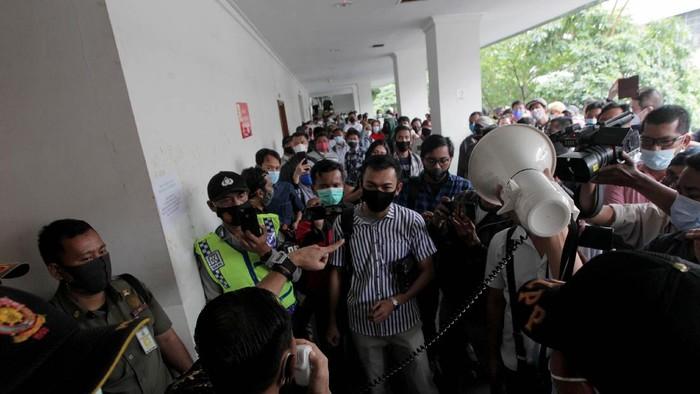 Ratusan Buruh menduduki Pengadilan Negeri Jakarta Pusat untuk menuntut hak pembukaan rekening yang dibekukan oleh kurator atas perkara pailit Penundaan Kewajiban Pembayaran Utang (PKPU) CNQC-MITRA JO. di Pengadilan Negeri (PN) Niaga Jakarta Pusat, Selasa, (19/1/2021). Sebelum Sidang Debitur dimulai ratusan buruh sempat ricuh dan di bubarkan oleh satgas COVID-19 karena menimbulkan keremunan. Mereka hadir untuk menyuarakan hak mereka atas pembekuan rekening yang dilakukan kurator pengadilan dalam perkara kasus pailit perusahaan CNQC-MITRA JO.