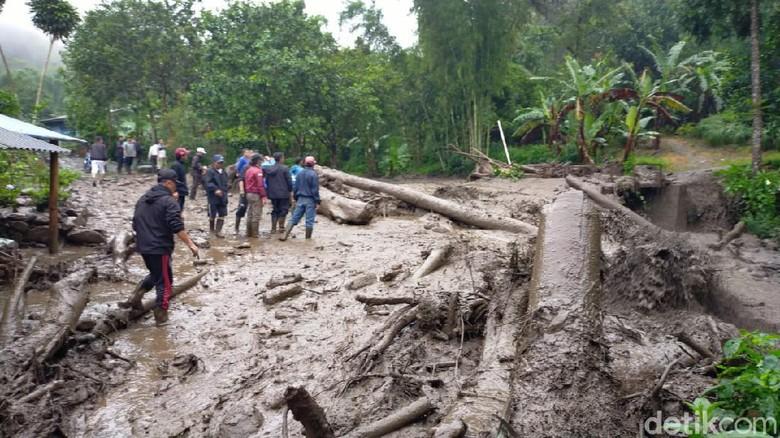 Ratusan warga mengungsi akibat banjir bandang di Bogor