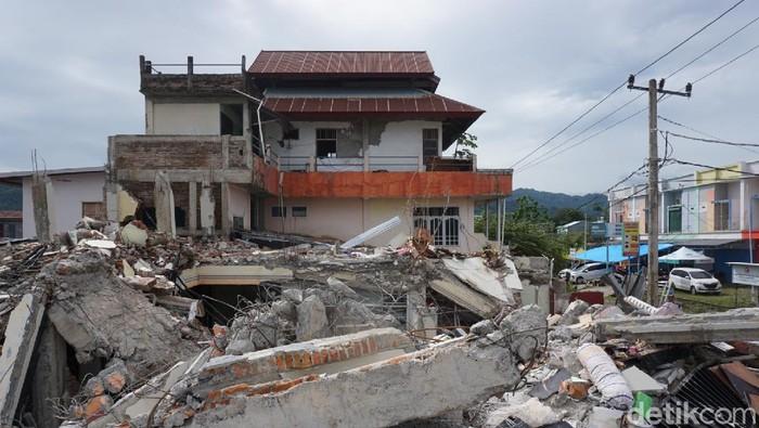 Rumah Kadis PU Mamuju ambruk akibat gempa Sulbar (Hermawan/detikcom).