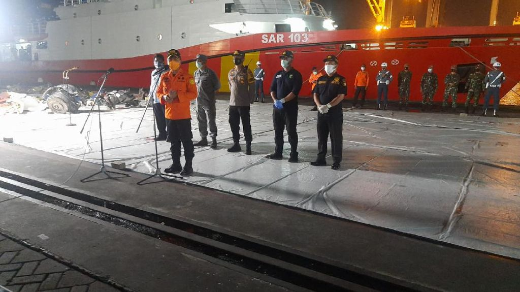 Basarnas Terima 5 Kantong Bagian Tubuh-1 Serpihan Kecil Sriwijaya Air SJ182