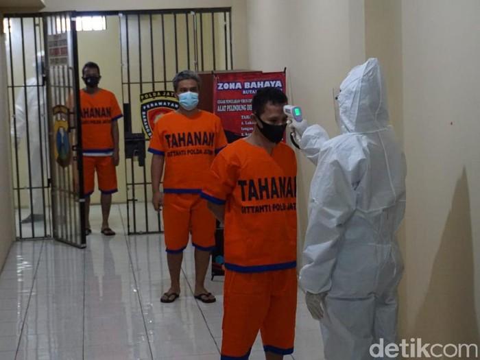 Direktorat Tahanan dan Barang Bukti (Dittahti) Polda Jatim meluncurkan aplikasi Si Mata Hati untuk menghubungkan tahanan dan keluarganya. Aplikasi tersebut diluncurkan karena selama pandemi COVID-19 tahanan dilarang dibesuk.