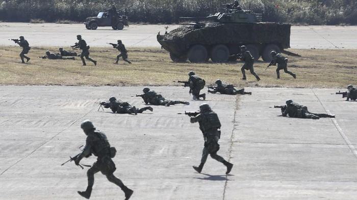Soldiers fire during a military exercise in Hsinchu County, northern Taiwan, Tuesday, Jan. 19, 2021. Taiwanese troops using tanks, mortars and small arms staged a drill Tuesday aimed at repelling an attack from China, which has increased its threats to reclaim the island and its own displays of military might. (AP Photo/Chiang Ying-ying)