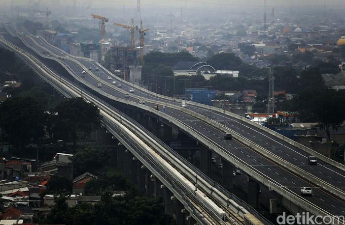Tol Jakarta Cikampek II Elevated alias Tol Japek Layang yang sebelumnya gratis, kini mulai dikenakan pemberlakuan tarif. Begni kondisi di Tol Japek Layang usai berbayar.